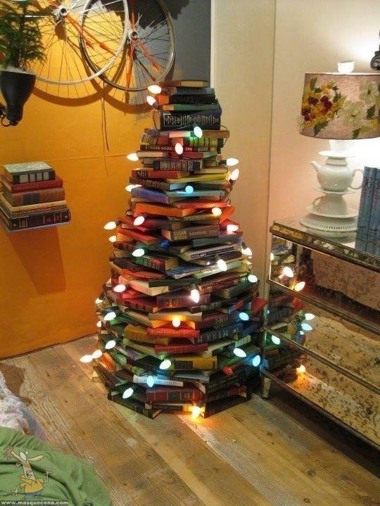 Arvore de natal feita com livros