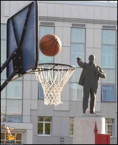 Estátua acertando num cesto de basketball, com estilo