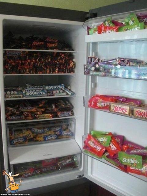Frigorifico cheio de chocolates de vários tipos