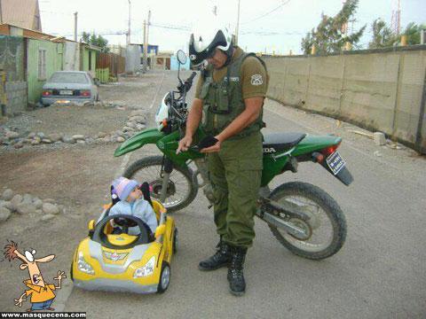 Polícia multando um bebé no seu carrinho de brinquedo