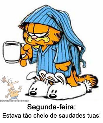 Garfield de pijama e pantufas, com uma chávena de café na mão e aborrecido