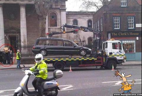 Polícia a rebocar carro fúnebre