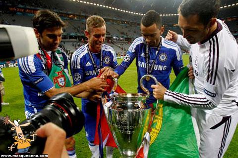 Paulo Ferreira, Raul Meireles, Bosingwa e Hilário a festejando o título obtido
