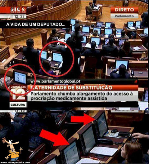 Deputados na assembleia apanhados no Facebook