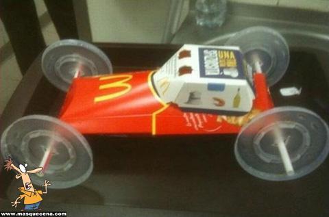 Carro feito com as embalagens de batatas fritas, hambúrguer e refrigerantes do McDonalds