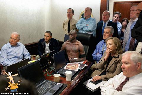 Balotelli a assitir ao video que mostra a captura e morte de Osama Bin Laden