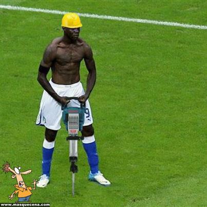 Balotelli a utilizar um martelo eléctrico