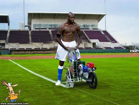 Balotelli a tratar do relvado