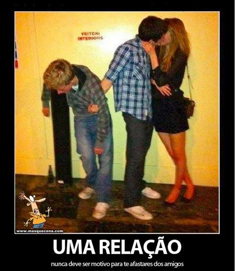 Imagem que mostra um rapaz beijando a sua namorada mas segurando o seu amigo bêbado