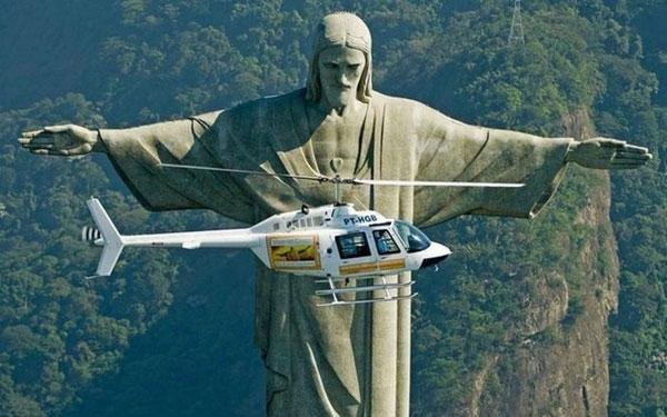 Helicóptero a voar perto do Cristo Rei no Brasil