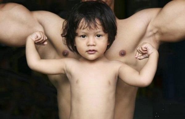 Homem musculoso e criança