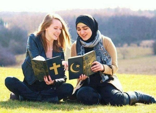 Raparigas de diferentes religiões a trocarem ideias