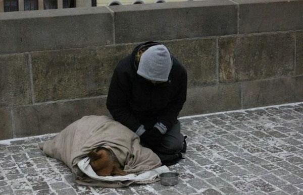 Mendigo e o seu cão a dormir