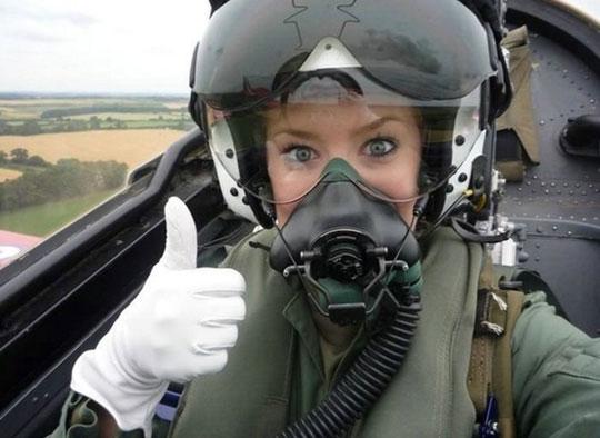 Mulher piloto a cumprimentar