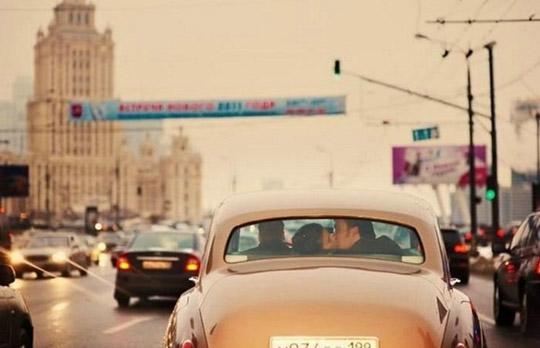 Casal beijando-se dentro de um carro