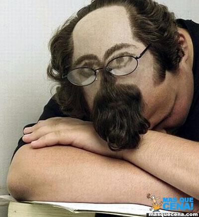 Homem a dormir, com uma cara desenhada utilizando o cabelo
