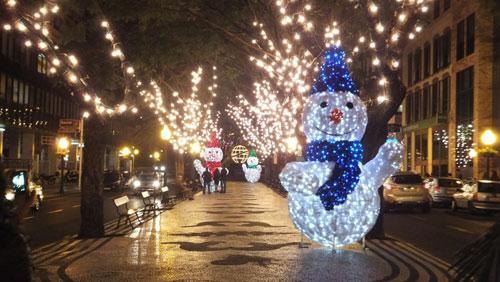 Iluminação de Natal na Avenida Arriaga, Funchal. Boneco de neve e pai Natal