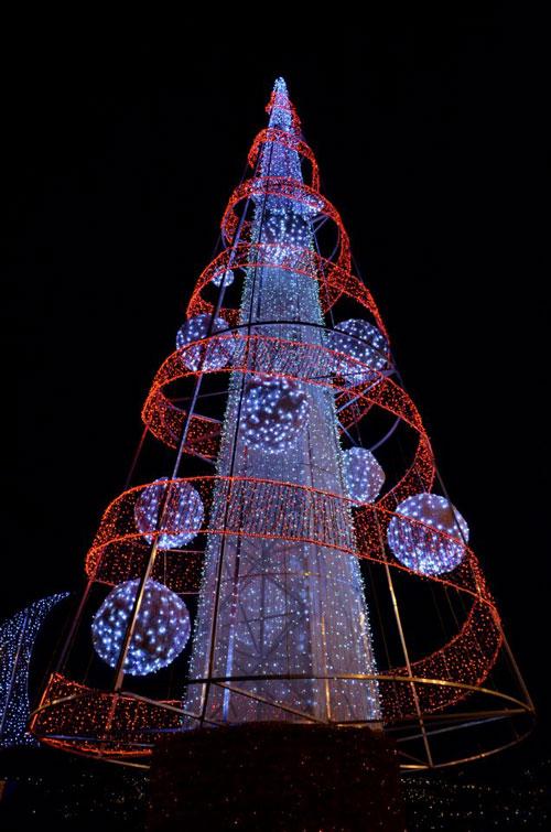 Árvore de Natal iluminada, no Cais do Funchal