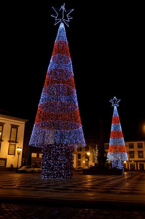 Árvores de Natal iluminadas no Largo do Colégio, Funchal