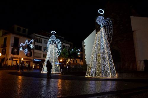 Anjos feitos de luz à frente da Igreja da Sé, Funchal